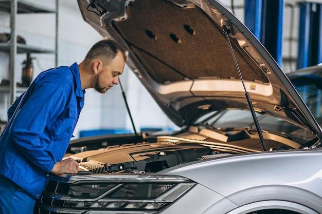 Automechaniker, der automotor überprüft Kostenlose Fotos