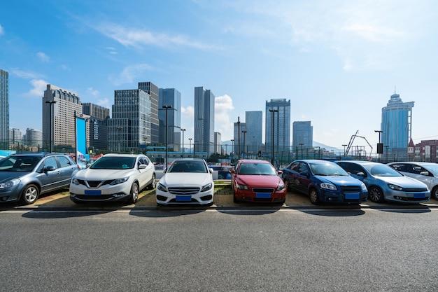 Autoparken in qingdao, china Premium Fotos