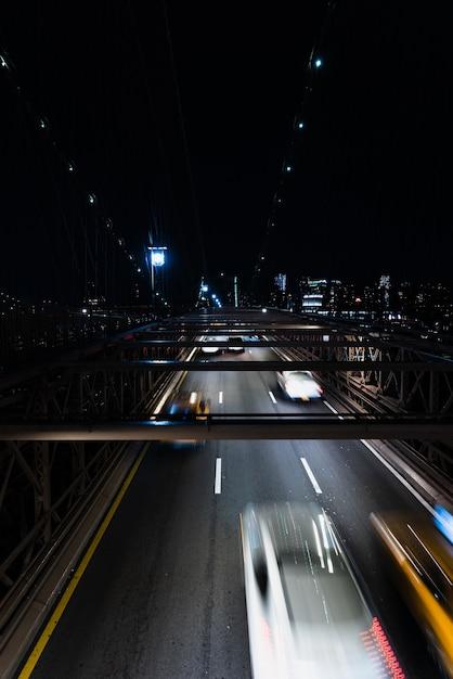Autos auf brücke nachts mit bewegungsunschärfe Kostenlose Fotos