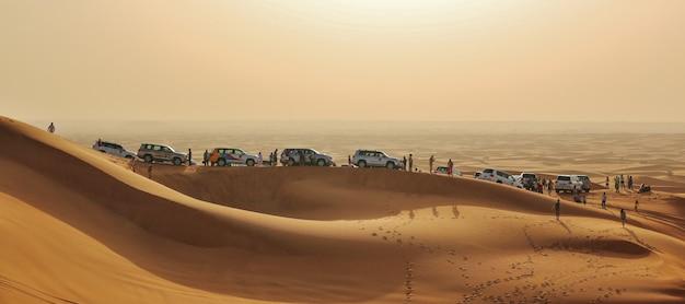 Autos in der wüste Premium Fotos