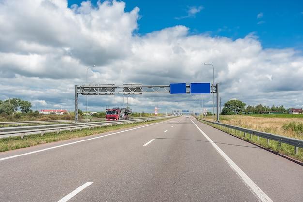 Autos und lastwagen auf der autobahn, schneller zugang zu überall auf der welt Premium Fotos