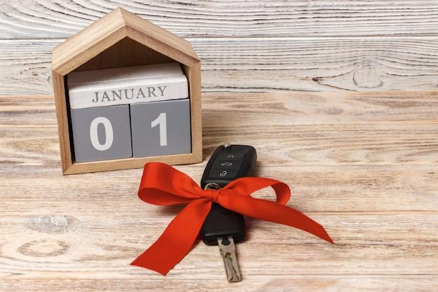 Autoschlüssel mit buntem bogen und kalender Premium Fotos