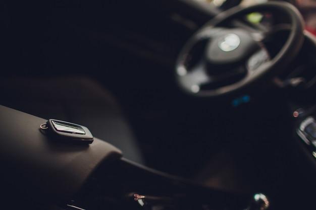 Autoschlüssel übergeben. beschnittene nahaufnahme autohändler hält autoschlüssel copyspace autohaus salon manager verkäufer verkauf kauf kauf eigentümer beruf kauf fahrzeugkonzept Premium Fotos