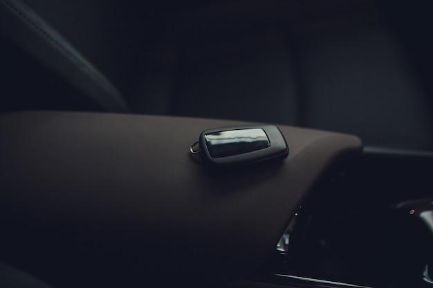 Autoschlüssel übergeben. beschnittener nahaufnahme-autohändler, der autoschlüssel heraushält. Premium Fotos