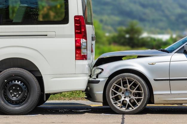 Autounfall mit zwei autos auf der straße Premium Fotos