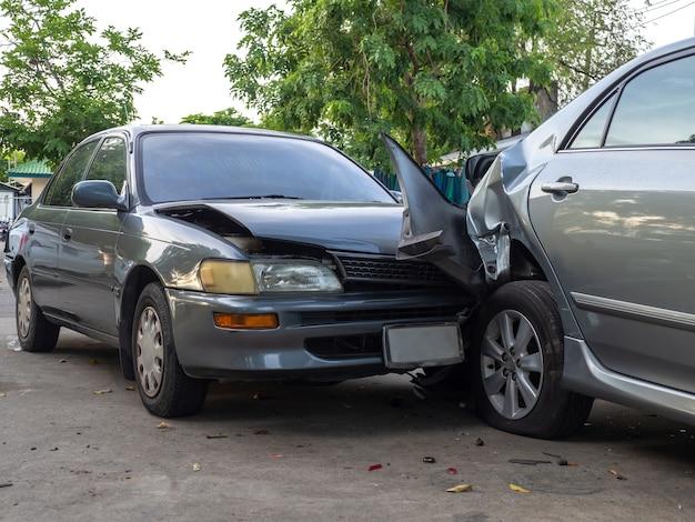 Autounfallunfall auf straße mit wrack und beschädigten automobilen. Premium Fotos