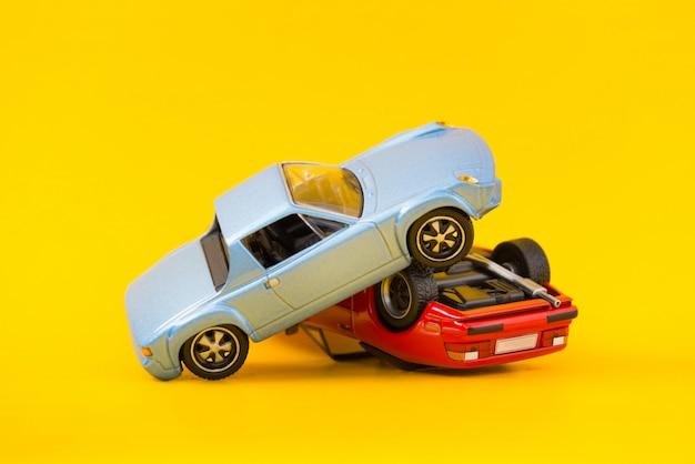 Autounfallunfallorttransport und unfallkonzept lokalisiert auf gelb Premium Fotos