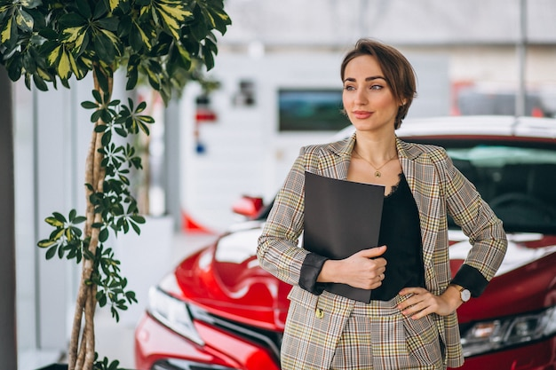 Autoverkäuferin in einem autosalon Kostenlose Fotos