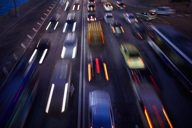 Autoverkehr in der nacht. bewegung der hintergrund jedoch unscharf. Premium Fotos