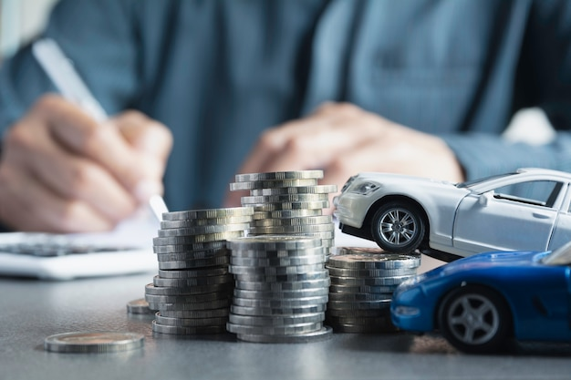 Autoversicherung und autoservice mit münzenstapel. Premium Fotos
