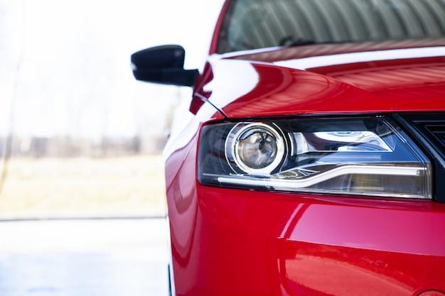 Autowäsche, das auto nach dem waschen mit schaum reinigen. nahansicht Premium Fotos