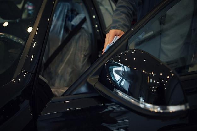 Autowäsche. detail der maschine in der schaumnahaufnahme. die oberfläche der maschine Premium Fotos