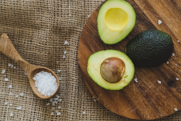 Avocado auf dem tisch Kostenlose Fotos
