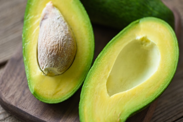 Avocado auf holzschneidebrett Premium Fotos