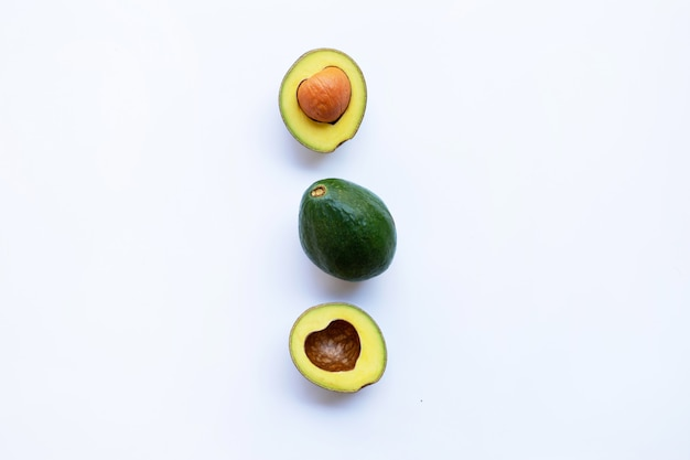 Avocado auf weißem hintergrund. Premium Fotos