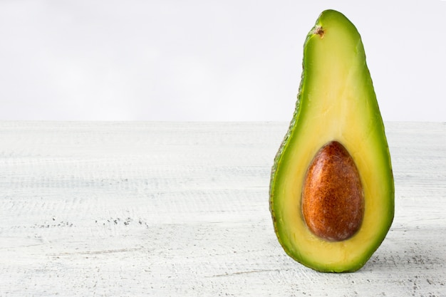 Avocado essen hintergrund mit frischen bio-avocado auf alten holztisch, kopieren raum Kostenlose Fotos