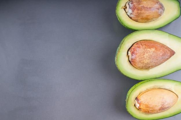 Avocado. frische avocado palta auf schwarzem hintergrund. guacamole zutat. Premium Fotos