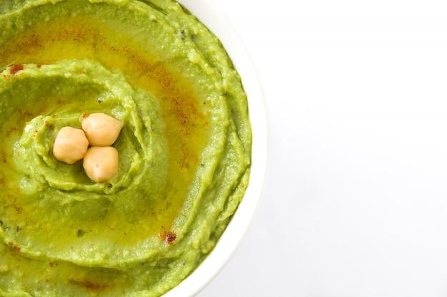 Avocado hummus in schüssel isoliert auf weiss textfreiraum Premium Fotos