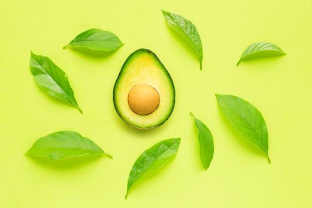 Avocado mit urlaub auf grünem hintergrund. Premium Fotos