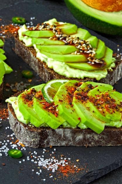 Avocado-toast auf einem steinbrett. Premium Fotos