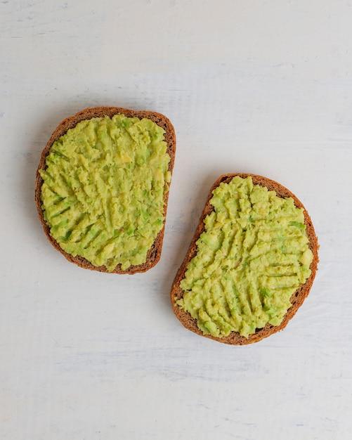 Avocado toast auf vollkornbrot mit gemüse Kostenlose Fotos