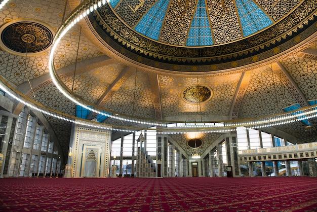 Aymani kadyrova moscheeinnenraum in argun, tschetschenien, russland Premium Fotos
