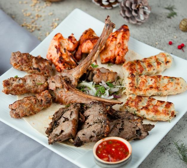 Azeri national kebab mix mit zwiebeln und kräutern Kostenlose Fotos
