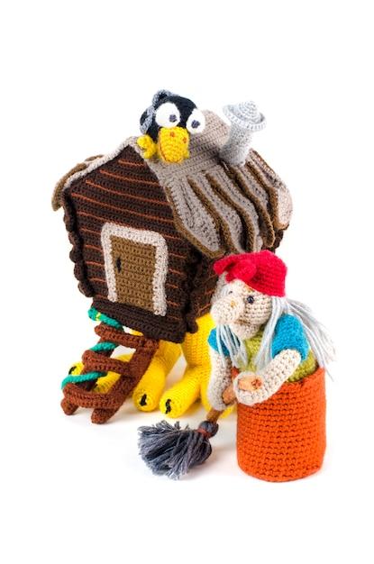 Baba yaga in einem mörser und einer hütte auf hähnchenschenkeln Premium Fotos