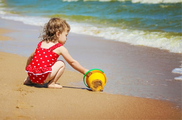 Baby am strand, am meer. selektiver fokus Premium Fotos