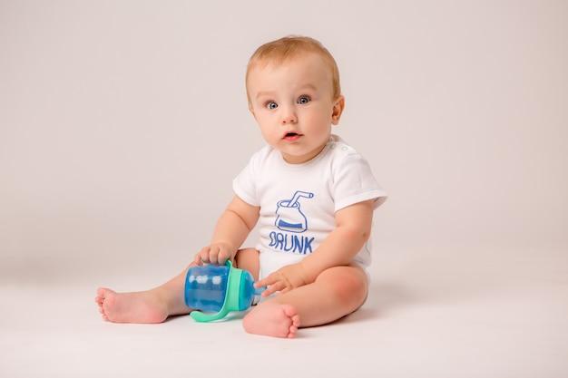 Baby auf dem boden liegend Premium Fotos