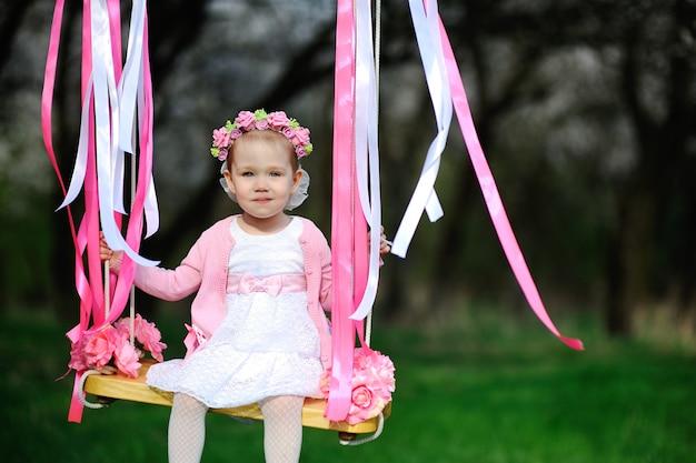 Baby auf einer schaukel Premium Fotos