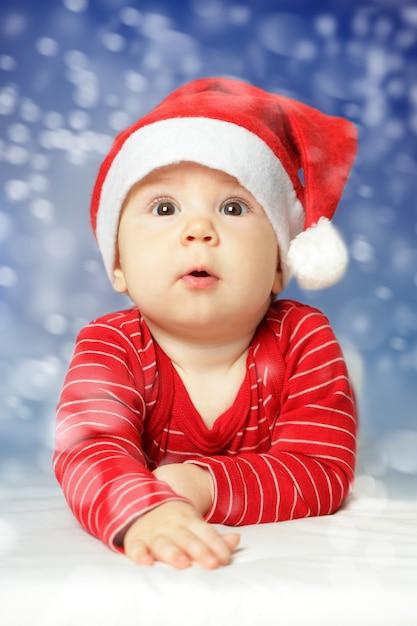 Baby auf neujahrsschneehimmelhintergrund Premium Fotos