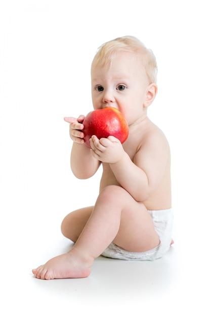 Baby, das apfel isst, lokalisiert auf weiß Premium Fotos