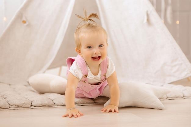 Baby, das im kinderzimmer spielt Premium Fotos