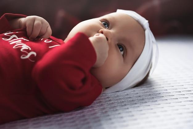 Baby, das weihnachtsmann krabbelt mit sehr entschlossenem gesichtsausdruck. Premium Fotos