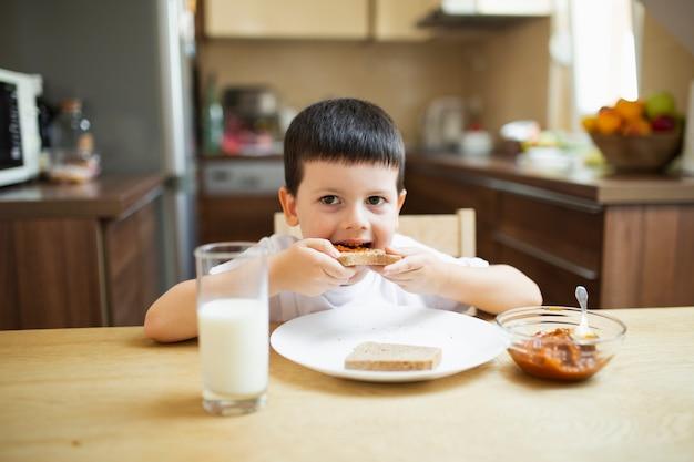 Baby, das zu hause frühstückt Kostenlose Fotos