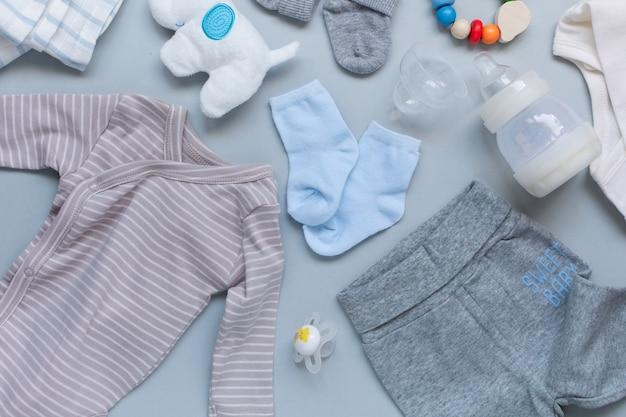 Baby elementson hellblauer hintergrund Kostenlose Fotos