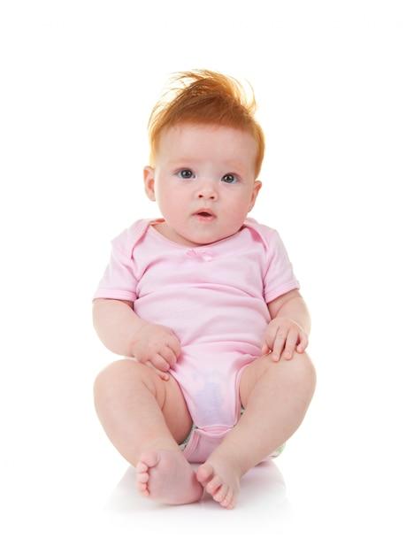 Baby im rosafarbenen overall auf weißem hintergrund Premium Fotos