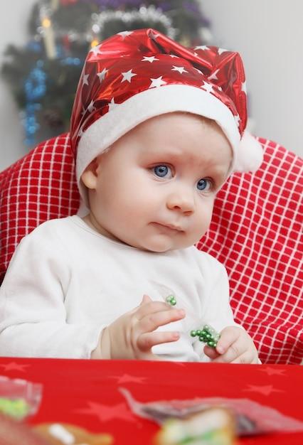 Baby in einer kappe des weihnachtsmannes Premium Fotos