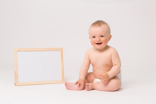 Baby in windeln auf weißem hintergrund Premium Fotos