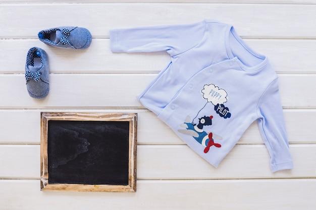 Baby-konzept mit schiefer Kostenlose Fotos