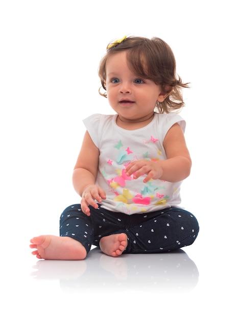 Baby mädchen sitzen und wegschauen Premium Fotos