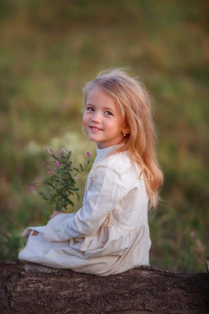 Baby mit einem blumenstrauß von wilden blumen Premium Fotos
