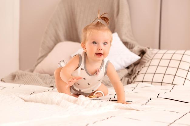 Baby spielt in einem schlafzimmer Premium Fotos