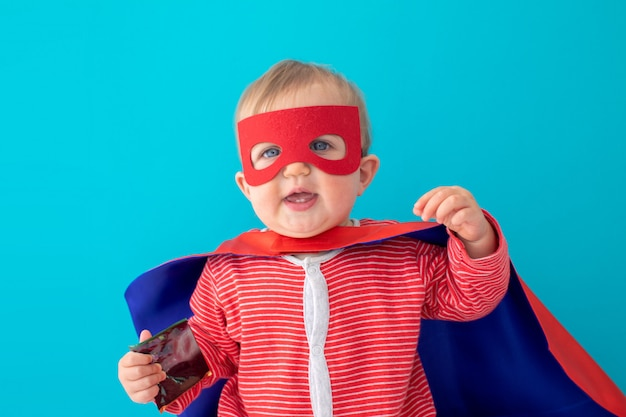 Baby superheld wegsehen Premium Fotos