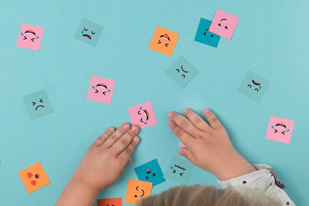 Babyhände, die mit lächelnden gesichtern spielen Kostenlose Fotos