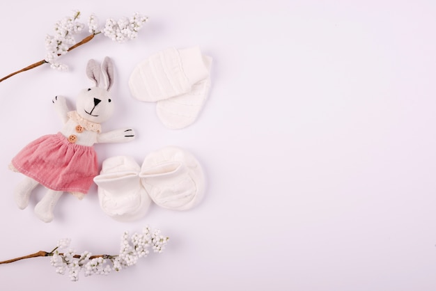 Babyhandschuhe und spielzeugkopienraum Premium Fotos