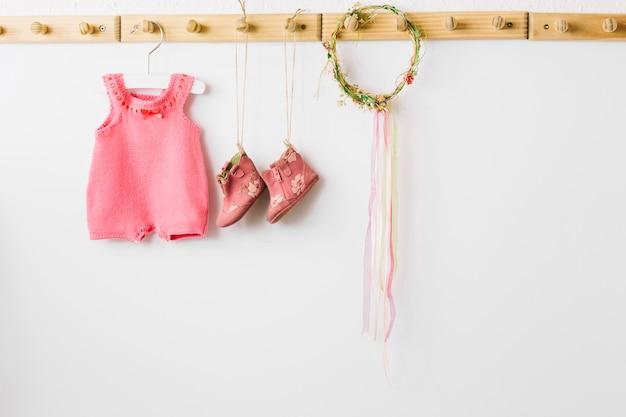 Babykleidung und kranz Premium Fotos