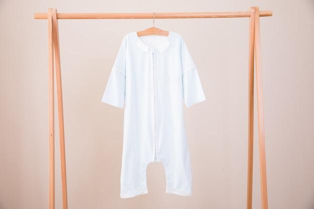 Babykleidung und -zubehör auf hölzernem hintergrund Premium Fotos