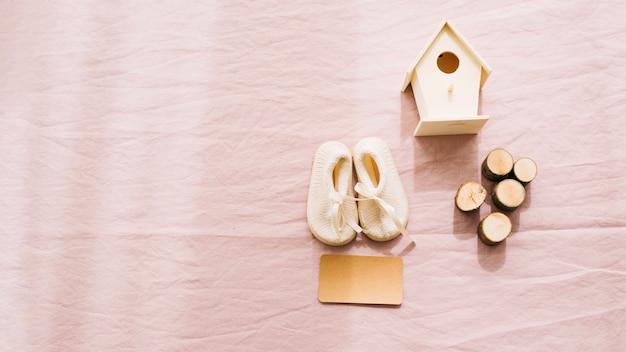 Babyschuhe und holzdekorationen Kostenlose Fotos